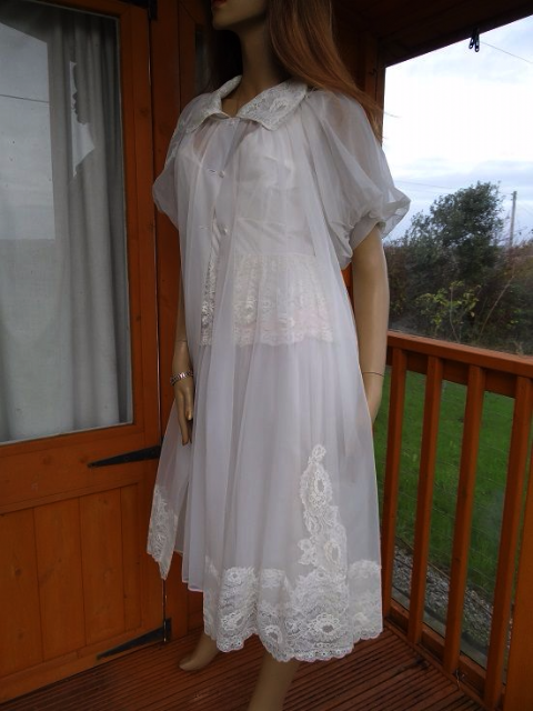 "GENUINE VINTAGE ""SHADOWLINE"" CREAM NYLON/CHIFFON  NIGHTDRESS & NEGLIGEE' SET SIZE:- SMALL  #97"